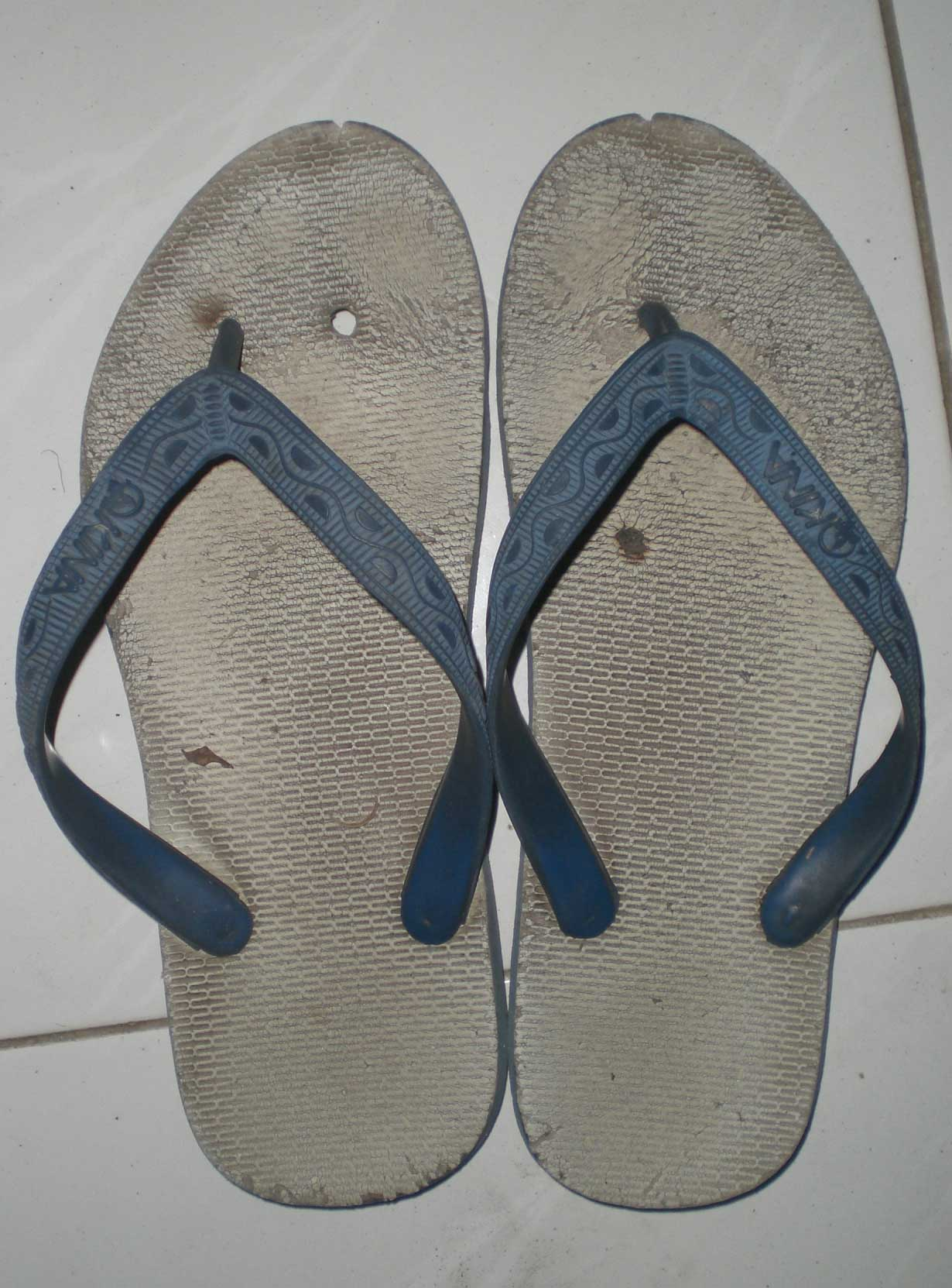 http://sumpek.files.wordpress.com/2008/08/sandal-jepit.jpg